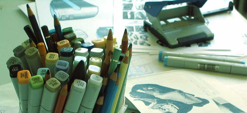 Schreibtisch mit Stiften