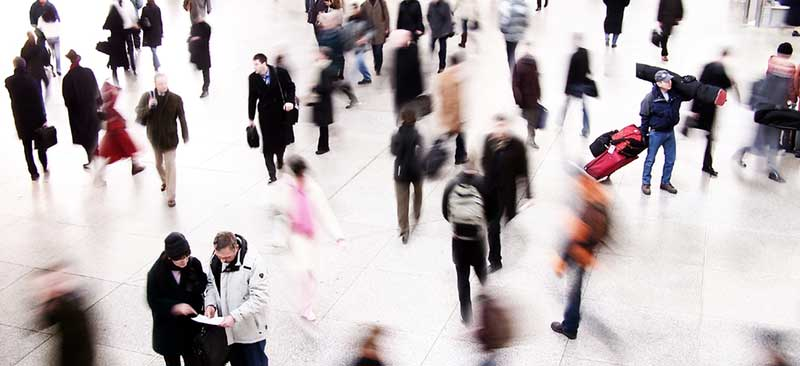 Menschen unterwegs in verschiedene Richtungen